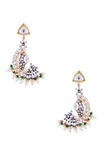 Gold earrings with kundan and pearls