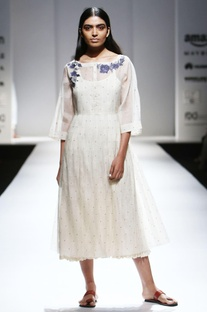 Ivory chanderi kurta with embroidered buttons & inner