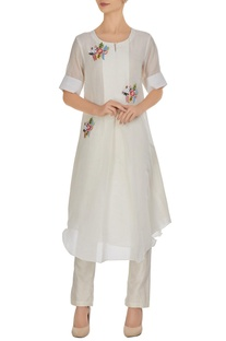 White kurta in 3D floral hand embroidery