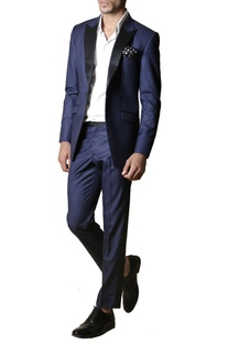 Navy blue notch-collared blazer