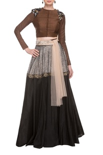 Brown blouse with black & white printed skirt with waistband