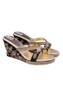 Black peonys heel