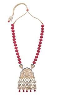 Bead necklace with kundan pendant