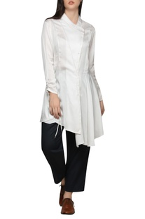 Asymmetric top with pull-up sleeves