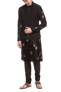 Black thread embroidered bandi