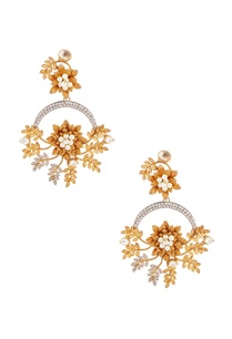 gold-earrings-with-leaf-motif
