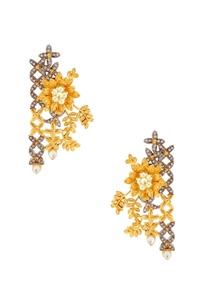 gold-earrings-with-floral-motifs