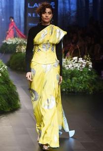 yellow-sari-with-crescent-moon-motif