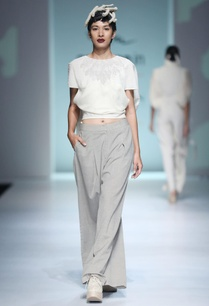 white-anti-fit-top-pleated-pants