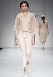 white-poncho-top-jeans