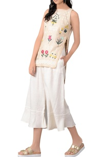 beige-sleeveless-floral-blouse