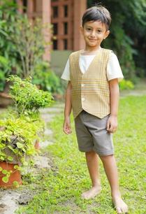 grey-bermuda-shorts-printed-waistcoat