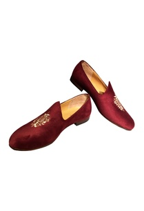 maroon-velvet-handcrafted-jetti-shoes