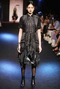 black-sleeveless-jacketwith-asymmetric-hem