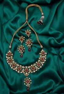 kundan-stone-paachi-earrings-with-necklace