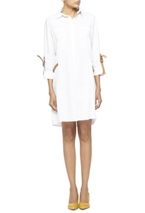 white-shirt-dress-with-leather-belts-and-pockets