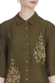 Flower embroidered collar tunic