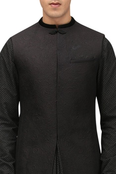 Quilted detail sherwani with pocket square