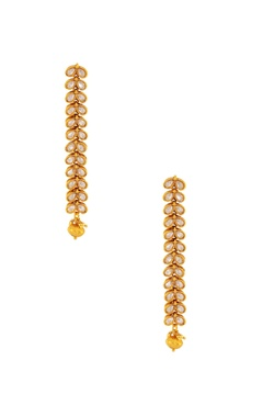Gold studded maangtikka with a bead