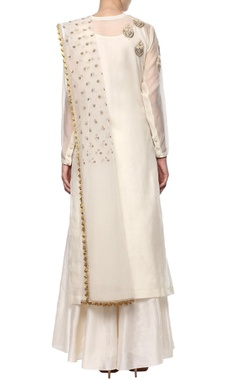 Ivory embroidered kurta set with floral motifs
