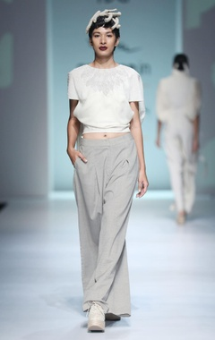 White anti-fit top & pleated pants