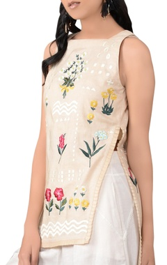 beige sleeveless floral blouse