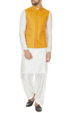 Narendra Kumar - Men White kurta set & mustard yellow chequered bundi