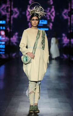 Beige jersey ballon tunic with distressed trousers