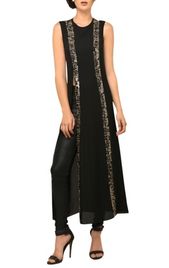 Black sleeveless long slit tunic