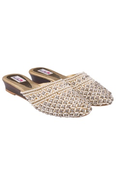 Golden platforms with checkered patterns of pearls and studs