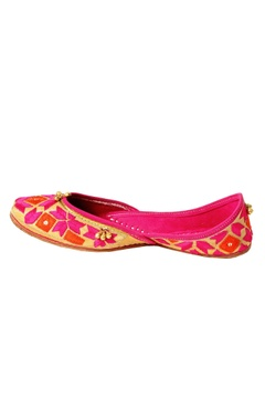 red zari embroidered juttis