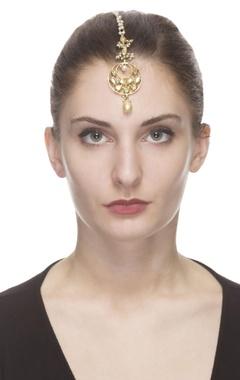 Golden maangtika with kundan studs and pearls