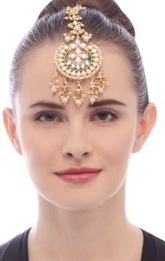 Gold plated kundan studded maangtika with pearls