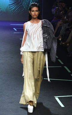 Gold wide pants with pleats