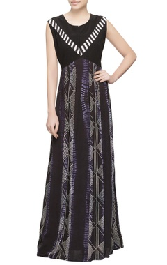Black dyed dress in pleated style