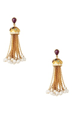 Dangling earrings with pearls