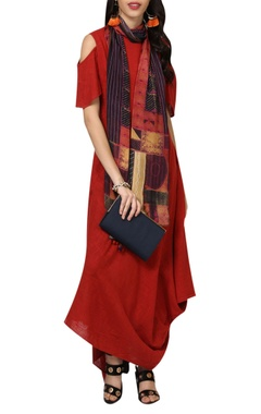 Cold-shoulder asymmetric kurta with scarf