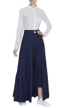 Pleated pants with button closure