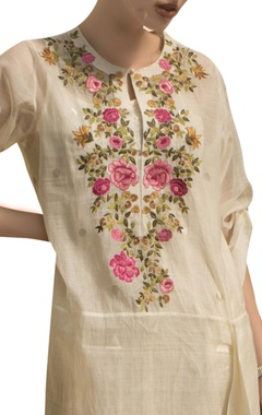 Floral embroidered kurta with crushed inner