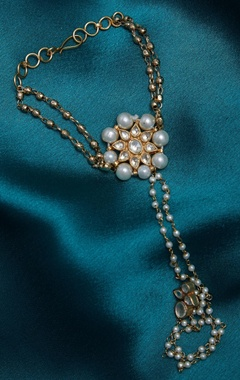 Kundan hathpool with gold beads