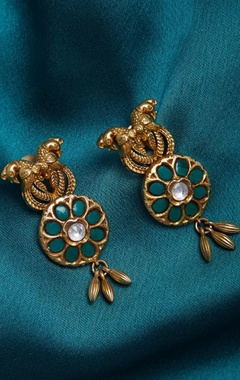 Embossed earrings with leafs