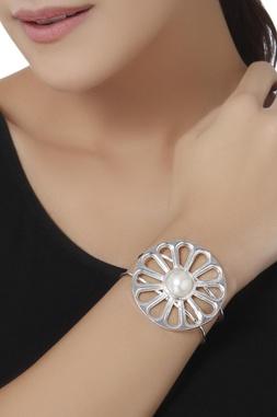 Circular pearl medallion bangle