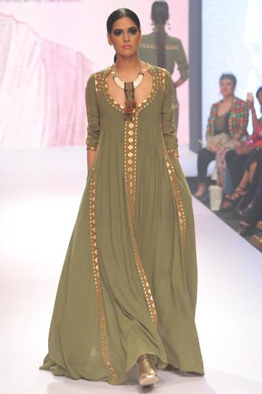 Printed & pleated maxi dress
