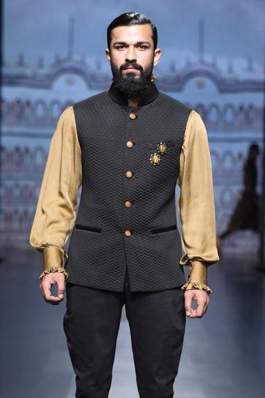 Sleeveless waistcoat with silk shirt