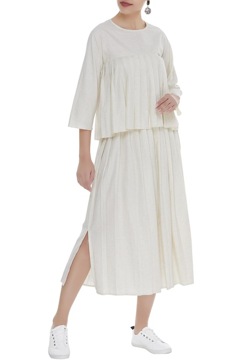 Pleated skirt with side slit