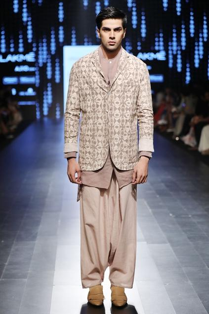 Latest Collection of Kurtas by Urvashi Kaur - Men