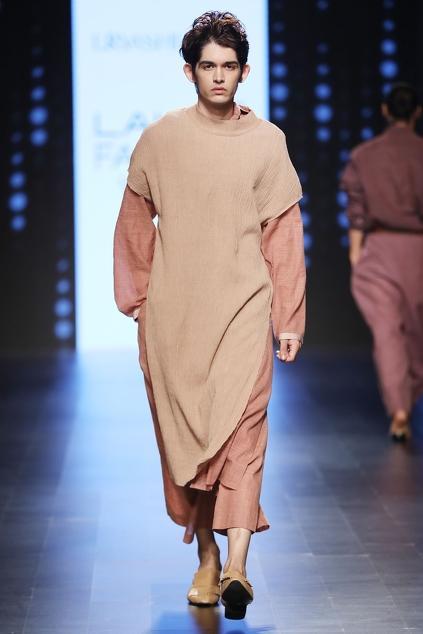 Latest Collection of Kurtas by Urvashi Kaur - Men
