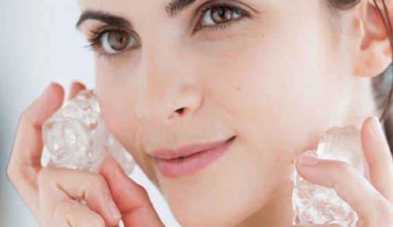 Cara mengecilkan pori-pori wajah menggunakan es batu