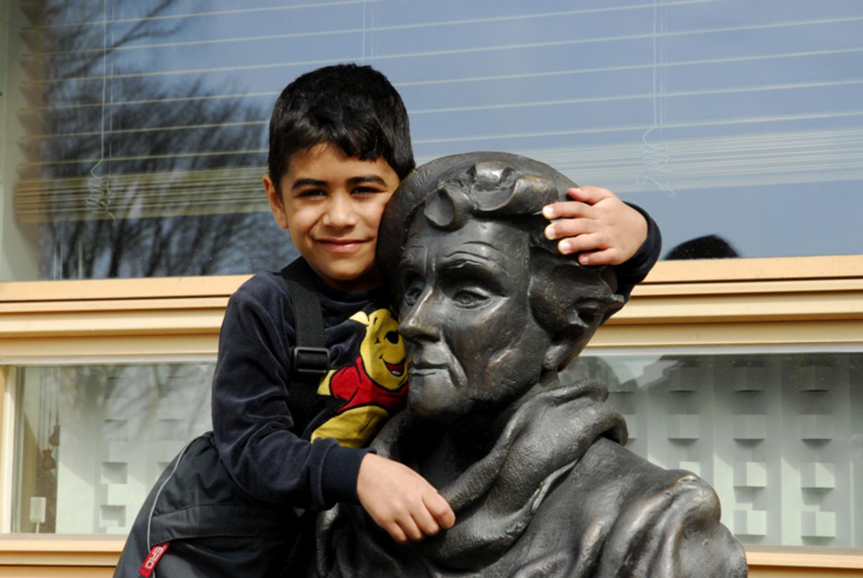 Staty utanför Astrid Lindgrens Barnsjukhus