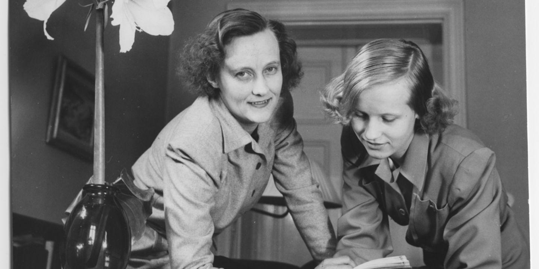 Astrid och Karin läser bok